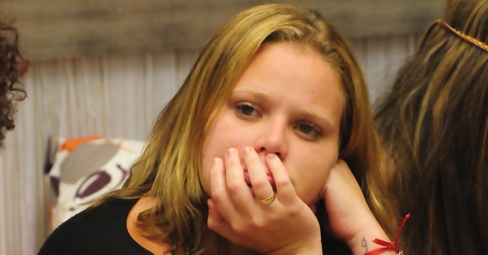 Paula fica apreensiva com possibilidade de eliminação de Cristiano, a quem ela já se declarou apaixonada (8/2/11)