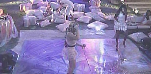 Desanimada desde o começo da festa, Jaqueline resolve acompanhar Paula no funk (9/2/11)