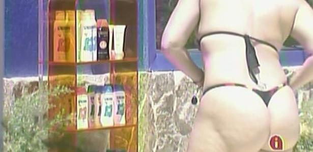 Paula passa protetor no corpo e se prepara para tomar sol neste sábado (12/2/11)