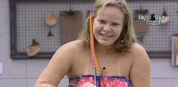 Paulinha fica contente com visual hippie fornecido pela produção para festa deste sábado (12/2/11)