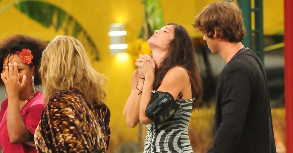 Ao lado de Janaína, Paula e Mau Mau, Talula comemora vitória em prova do líder (14/2/11)