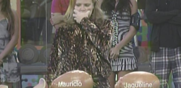 Paula pensa antes de quebrar o porquinho de Mauricio na Prova do Líder (13/2/11)