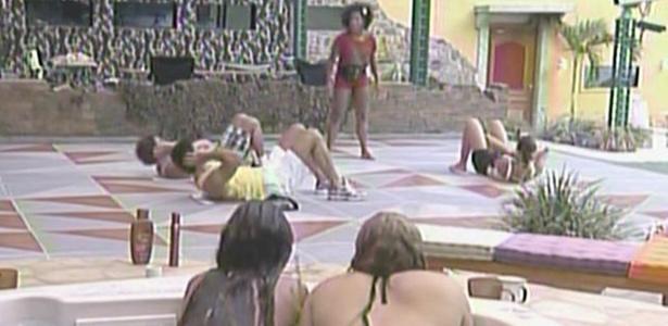 Maria e Paula assistem aula de abdominal de Janaína. Talula, Mau Mau e Rodrigão são os alunos (15/2/11)