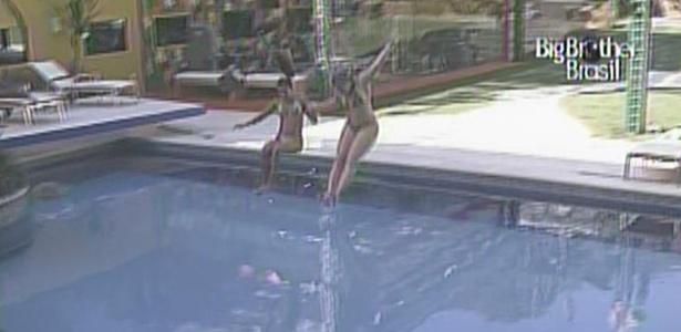 Maria e Paulinha pulam juntas na piscina (15/2/11)