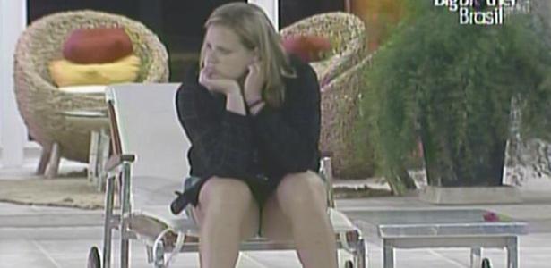 Paula é a única acordada na madrugada desta quarta-feira (16/2/11)
