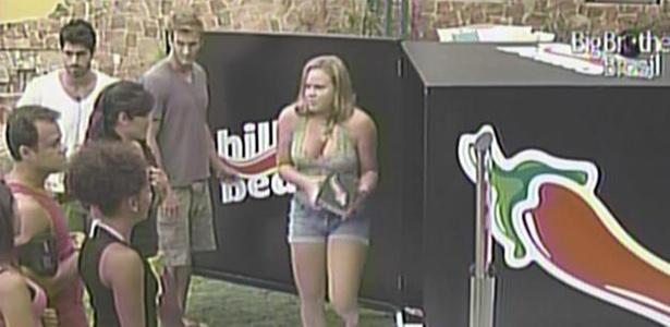 Paula lê recado do patrocinador e é avisada de que vai virar musa da Chili Beans (16/2/11)