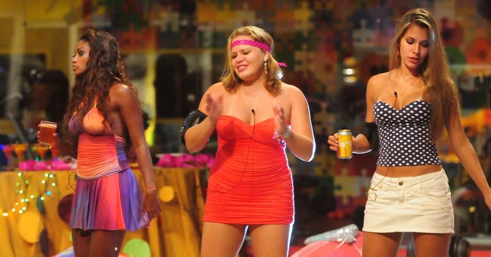 Jaqueline, Paula e Adriana dançam na pista da festa folia (16/2/11)