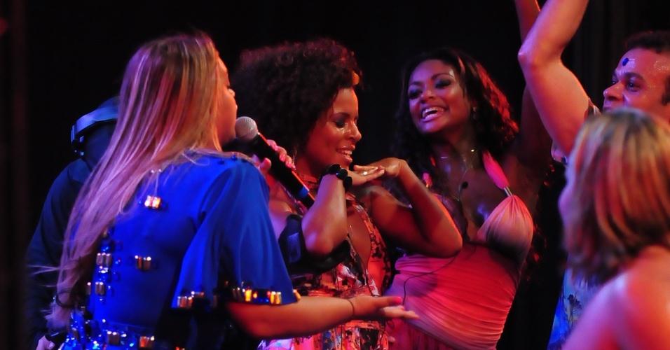No meio do show, Preta Gil chama Janaína, Jaqueline, Daniel e Paula para dançarem no palco (16/2/11)