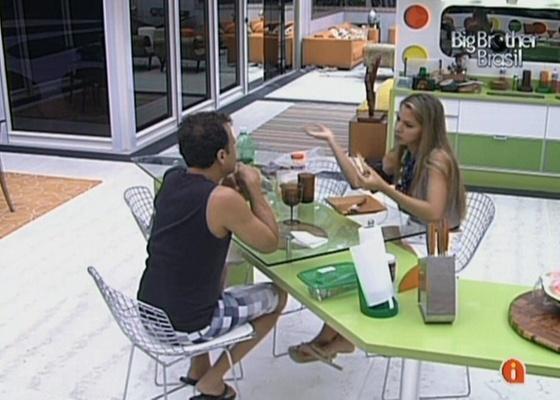 Adriana e Daniel conversam na cozinha (19/2/11)