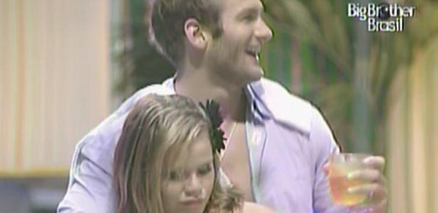 Wesley dança agarradinho com Paula na Festa Forró (19/2/11)