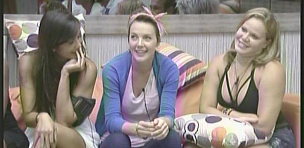 Bial pergunta para Paula se ela estava com a cabeça feita; Talula e diana riem (20/2/11)