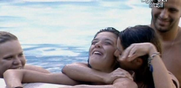 Maria brinca de arrepiar Talula. Paula e Diogo incentivam a brincadeira (20/2/11)