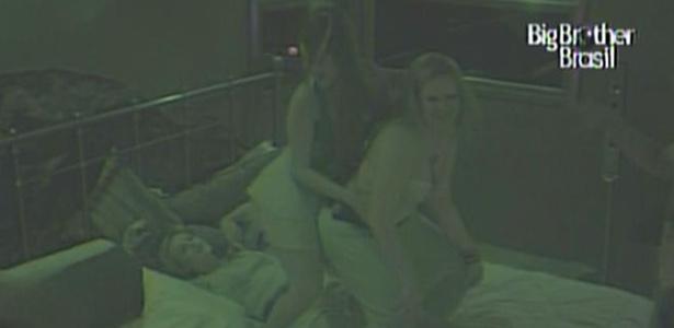 Maria e Paula fazem showzinho particular para Diana no Quarto do Líder (22/2/11)
