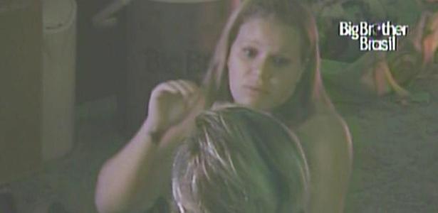 Paula e Diana discutem sobre o colar do anjo que a estudante deu para Mau Mau (22/2/11)