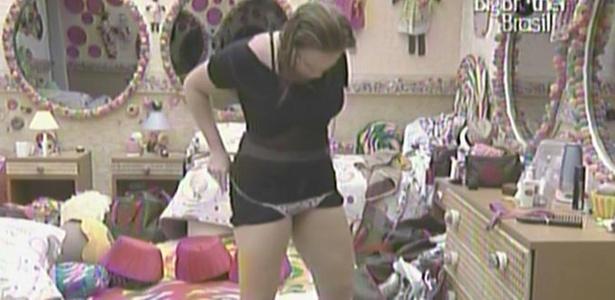 Paula veste calcinha por cima de vestido para não ser flagrada pelas câmeras do quarto Jujuba (22/2/11)