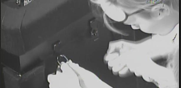 Em meia hora, Paula e Diana conseguem abrir um dos cadeados do quarto do terror (22/2/11)