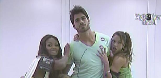 Jaque, Paula, Maria, Jana e Talula posam ao lado do modelo Rodrigão (23/2/11)