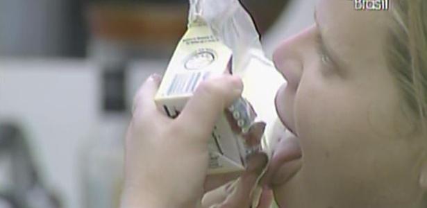 Paula rasga caixa de leite condensado para lamber todo o doce (23/2/11)