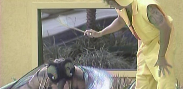 Caçador Mau Mau combate o mosquito Paulinha durante castigo do monstro (25/2/11)