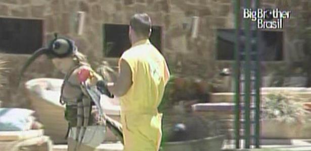 Diogo, o catador de mosquitos, corre atrás de Paula nesta manhã (26/2/11)