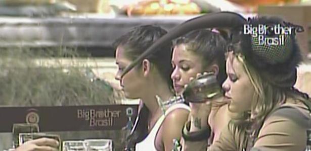 Maria, Paula e Talula aprovam o almoço do Carrefour (26/2/11)