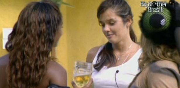 Talula conversa com Jaqueline e Paula durante almoço no lado externo da casa (26/2/11)