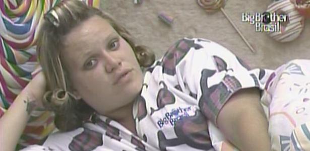 Com bobes nos cabelos, Paula conversa com Rodrigão, Janaína e Jaqueline no quarto Jujuba (1/3/11)