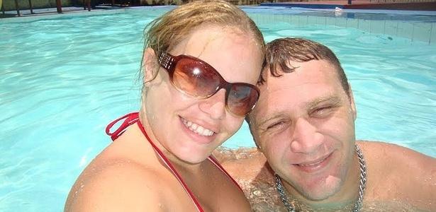 Paula e seu irmão Sdaourleos Leite na piscina, antes da
