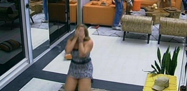 Paula se surpreende com sua permanência no jogo e se ajoelha no chão da sala (1/3/11)