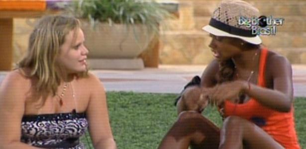 Paula mostra para Jaqueline corte que fez no joelho após comemorar permanência na casa (1/3/11)