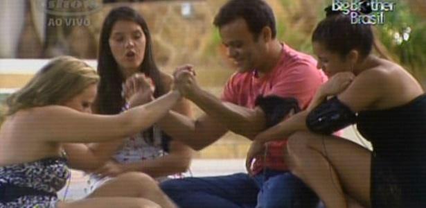 Paula recebe os cumprimentos de Daniel por ter ficado no jogo (1/3/11)
