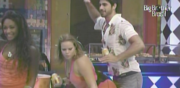 Paula faz dança um funk sensual com Rodrigão durante a Festa Boteco (3/3/11)