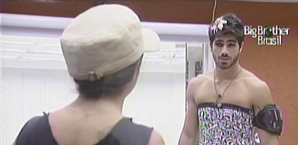 Maria, vestida de Mau Mau, e Rodrigão, vestido de Jaque, conversam no quarto do líder (4/3/11)