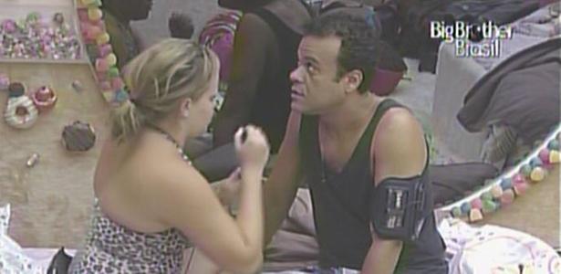 Paula começa a maquiar Daniel, que se vestirá de mulher no grito de Carnaval que os