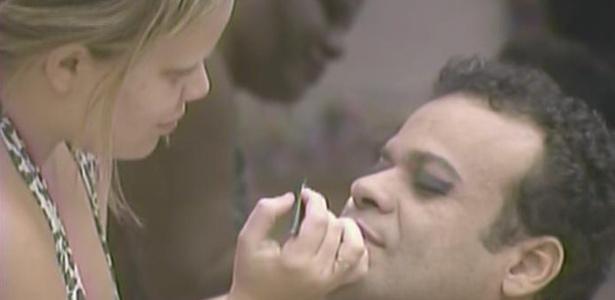 Paula maquia Daniel para o bloco dos
