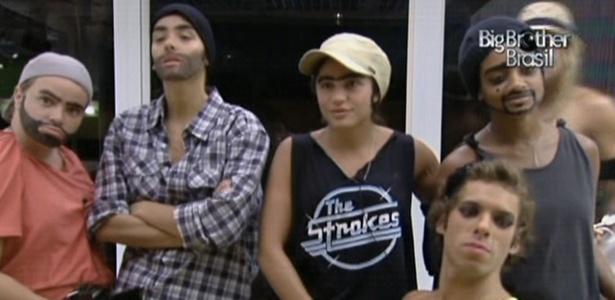 Paula, Talula, Maria, Jaque e Mau Mau fazem pose travestidos (04/3/11)