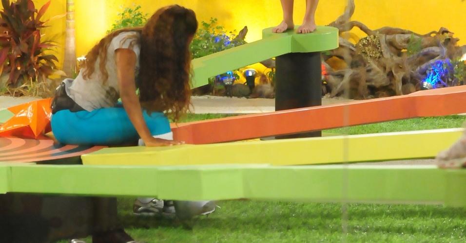Paulinha observa desistência de Jaqueline da prova do líder.