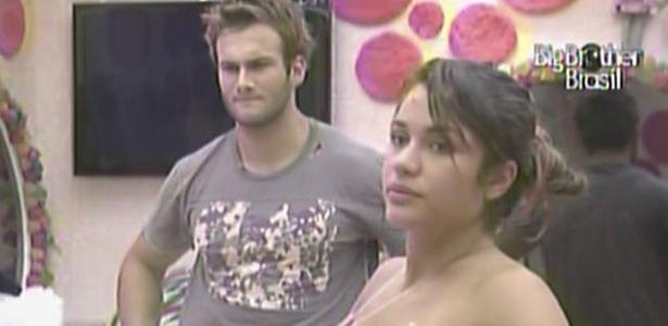 Enquanto Daniel ajuda Maria a colocar o vestido, Wesley observa a