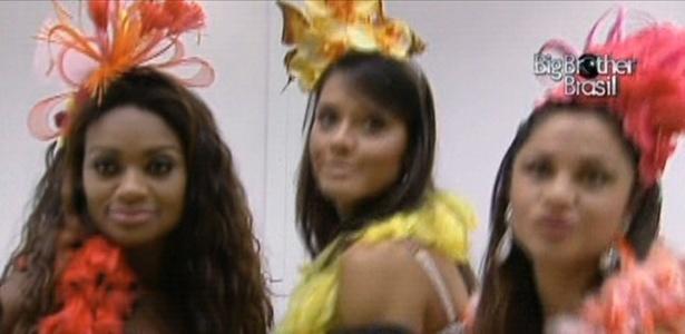 Jaqueline, Talula e Maria posam na frente do espelho com seus figurinos da festa (5/3/11)