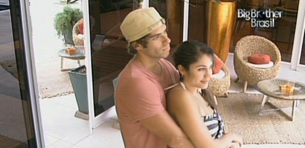 Mauricio e Maria assistem abraçadinhos Jaque e Dani cumprirem o castigo do monstro (5/3/11)