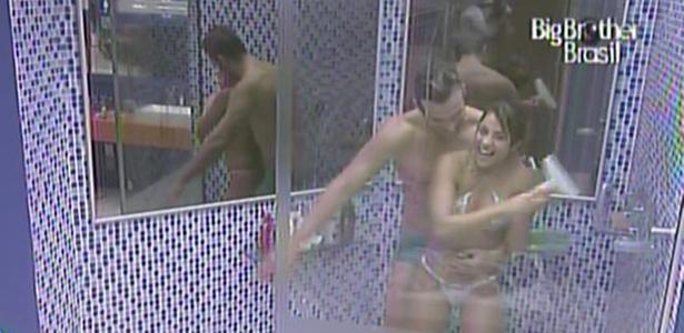Wesley agarra Maria durante o banho (5/3/11)