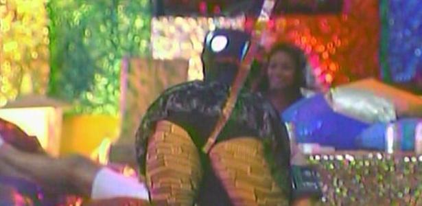 Paula dança funk cantado por Mulher Melancia, participante de