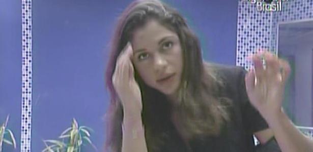Após ter os cabelos cortados por Jaqueline, Maria confere novo visual no espelho da casa de luxo (7/3/11)