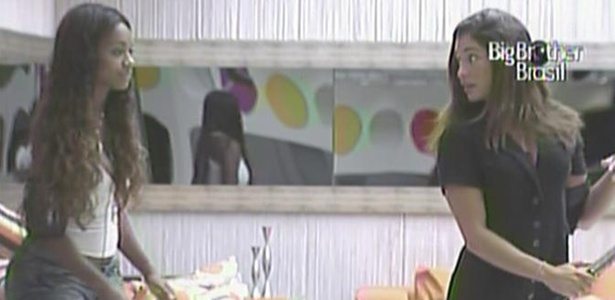 Jaqueline confere o cabelo de Maria após corte com lâmina de barbear (7/3/11)