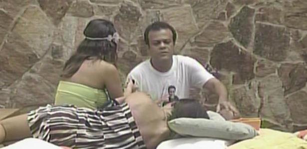 Daniel e Maria tentam confortar Talula, após a modelo ficar chateada com Jaqueline (8/3/11)
