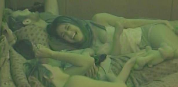 Maria e Talula caem na gargalhada com brincadeira de Diana no quarto do lado B (8/3/11)