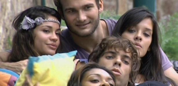 Wesley e Mau Mau entram na brincadeira e tiram fotos ao lado de Maria, Talula e Jaqueline (8/3/11)