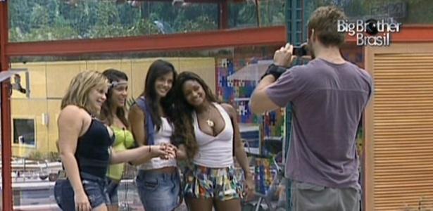 Wesley tira foto de Paula, Maria, Talula e Jaqueline com máquina dada por Bruno de Luca (8/3/11)