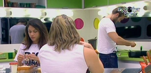 Maria, Paula e Wesley fazem um lanche na noite desta terça-feira (8/3/11)