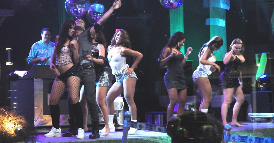 Daniel, Jaque e Paulinha dançam com dançarinas do DJ Marlboro (9/3/11)